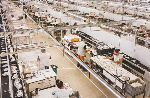 Com cinco décadas de expertise no mercado calçadista, o grupo Dilly Sports é referência em tradição, inovação e sustentabilidade